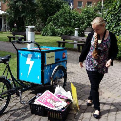 Anni Niemensivu med Åbos popup-bibliotekscykel.
