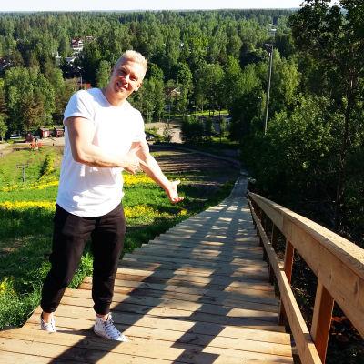 Motionstrapporna i Grankulla slalombacke har 214 trappsteg, visar Niklas Vuorenmäki, idrottsplatskoordinator.