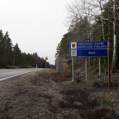 """Vägskyltar längs vägen. På skyltarna står det """"egentliga finland"""" och """"salo"""""""