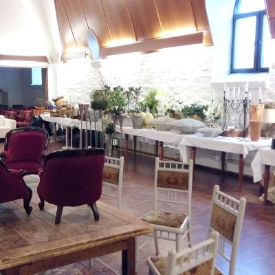 Möbler som ska auktioneras ut från Svenska klubben i Åbo.