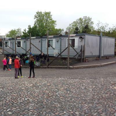 Konstinstallation vid baracken med alla kvarglömda kläder i Sirkkala skola.