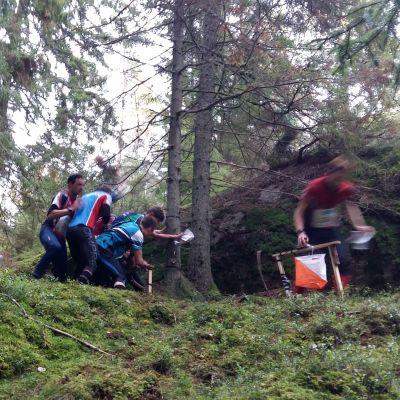 Suunnistajia metsässä.