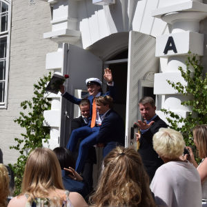 Student som bärs ut ur Brändö gymnaisum
