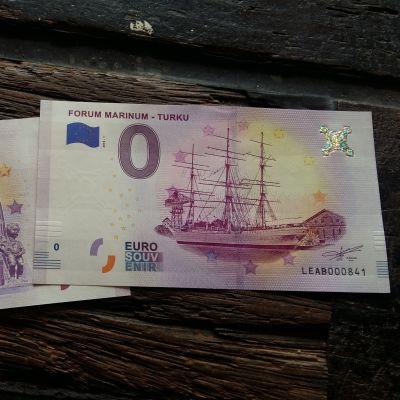 Två 0-eurossedlar på museifartyget Suomen Joutsens däck.