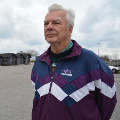 Hans Lönnberg från Hangö står framför de nya bostäderna som byggs på Fabriksudden i Hangö.