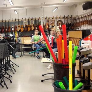 Boomwhackers och elever som spelar på dem.