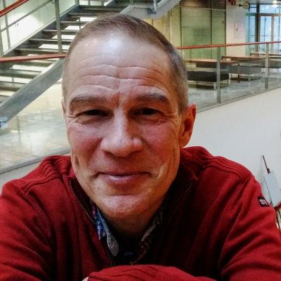 Mikael Fogelholm i universitetets utrymmen i Vik.