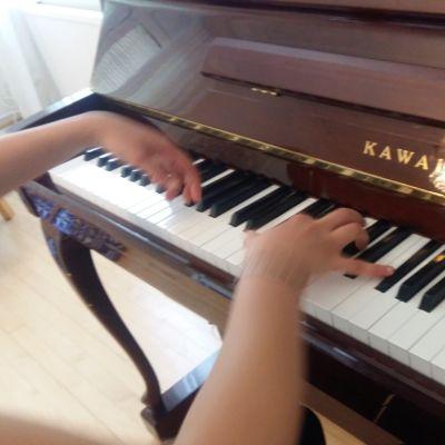 Händer som spelar på ett piano