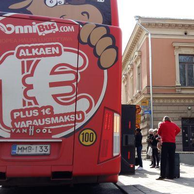 Onnibus stannar vid Åbo stadshus, fastän bussen borde stanna i parken bredvid.
