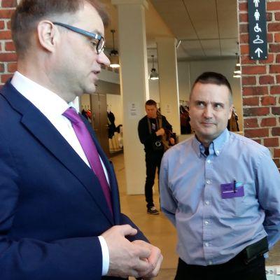 Juha Sipilä talar med unga på Konstfabriken