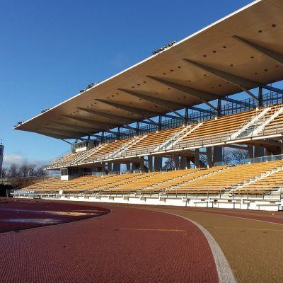 Löpbanor och huvudläktaren på Paavo Nurmis stadion i Åbo.