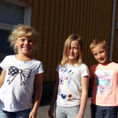 Ida-Louise Österman, Siri Karlgren, Noel Törnqvist och Anton Heikkilä i Träsk skola lär sig finska redan på åk 1 och 2.