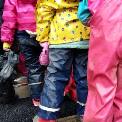 Barn i regnkläder