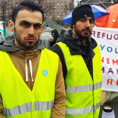 Demonstrerande asylsökande på Järnvägstorget i Helsingfors.