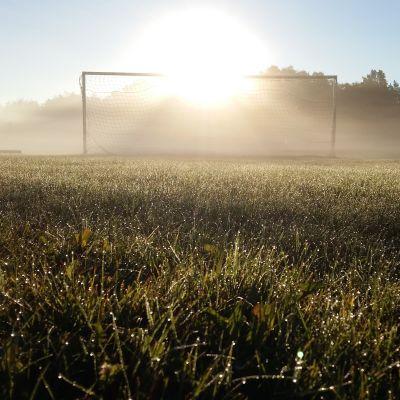 Morgondimma över fotbollsplanen i Näsby, Houtskär.
