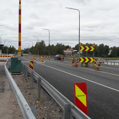 En landsvägsbro det pågår vägarbeten på.