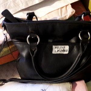 """Muistisairaan vanhuksen laukku, jossa lukee """"Ailin laukku""""."""