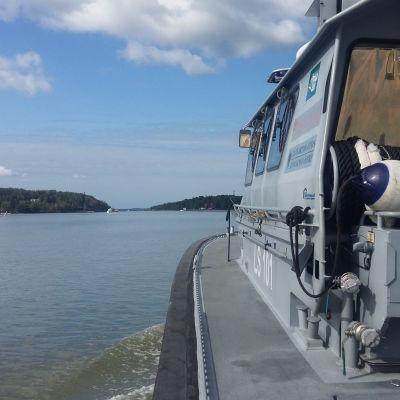 En dörr står på glänt på en av Sjöbevakningens patrullbåtar på väg ut på ett uppdrag i skärgården.
