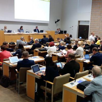 Nyvalda Helsingfors fullmäktige på sitt första möte i fullmäktigesalen i juni 2017.