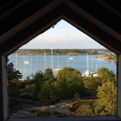 Rödhamn på Åland, sedd från den gamla lotsstugan på ön.