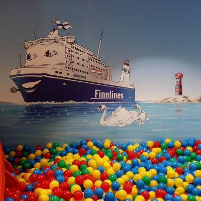 Bollhavet på m/s Finnswan med en bild av barnens maskot, båten Swante, på väggen.