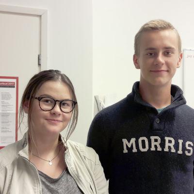 Gymnasieeleverna Elin Berg och Ville Toivari.