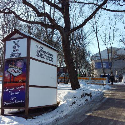 Ingången till Samppalinna sommarteater i Åbo en solig vinterdag då snön gnistrar.