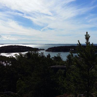 Utsikt över Skärgårdshavet från högsta punkten på Berghamn i Houtskär.