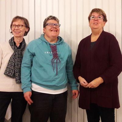 Körmedlemmar i kören Kråksången: från vänster Carita Guarnieri, Sara Alavesa och Gun-Britt Schröder-Wikberg.