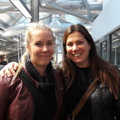 Två skådespelare, Jonna Nyman och Marika Parkkomäki står bredvid varandra och poserar i Logomo i Åbo.