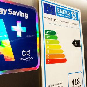 energiamerkintöjä kylmälaitteen  ovessa kaupassa