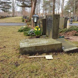Omkullvält gravsten på Åbo begravningsplats.
