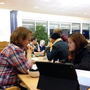 Therese Skaag intervjuar en eventuell sommarjobbare under evenemanget Starta Säsongen i Pargas stadshus.