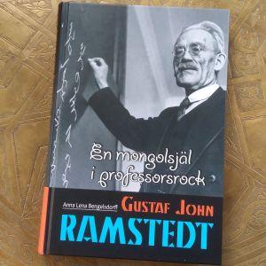 """Pärmen till Anna Lena Bengelsdorfs biografi över Gustaf John Ramstedt, """"En mongolsjäl i professorsrock""""."""