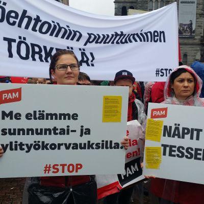 Demonstration på Järnvägstorget i Helsingfors