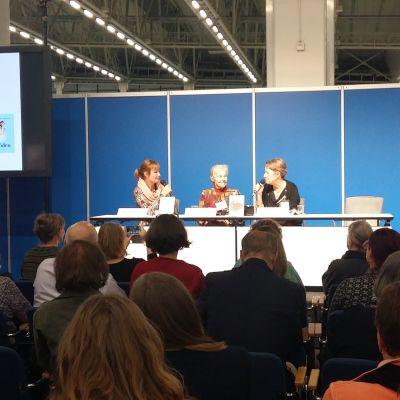 Janina Orlov, Märta Tikkanen och Sara Jungersten diskuterar feminism.