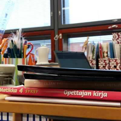 Opettajan työpöytä Viikin normaalikoulussa