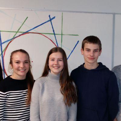 Niondeklassarna Sara Kyrklund, Jenny Karlsson, Jennifer Johansson, Oscar Arén och Dennis Eriksson i Sarlinska skolan.
