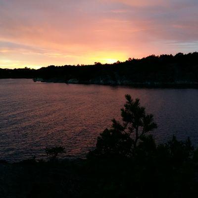Solen går ner över Berghamn, men håller solen på att gå ner för Berghamn?