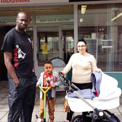 familj på besök i Håkansböle köpcentrum