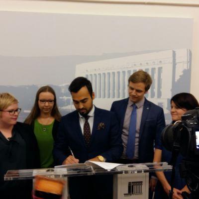Undertecknar motion om antirasism i riksdagen
