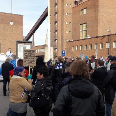 Demonstration framför Helsingfors tingsrätt.