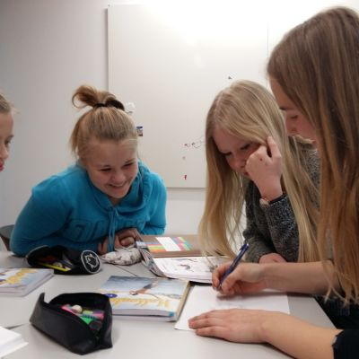 Flickor på svensktimme i skolcentret Nickby hjärta i Sibbo.