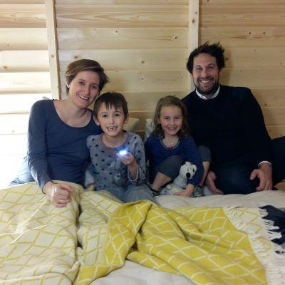Mamma Natacha Fricout, 7-årige Antonin, 4-åriga Emma och pappa Benjamin Clarens var första gästerna att sova i en Koti, uppbyggd på Finlands Kulturinstitut i Paris