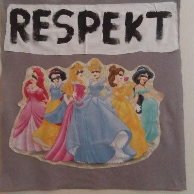 Bild på flickor i festkläder, överst texten respekt.