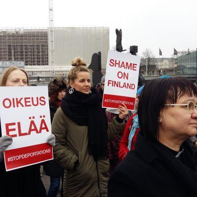Demonstration mot avvisningar av afghanska flyktingar. Medborgartorget i Helsingfors.