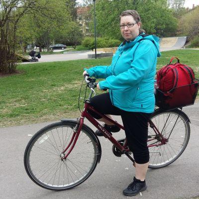 Hemvårdare Linda Nwaogo med sin cykel.