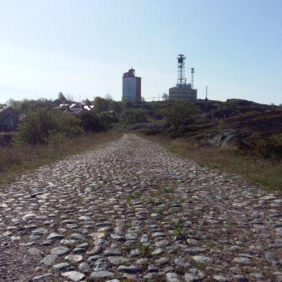Kullerstensväg som leder till Utö fyr.