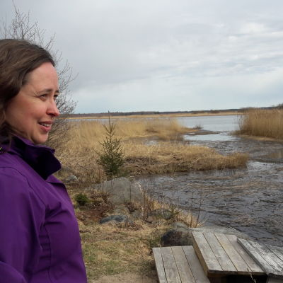 Camilla Juthbacka tittar ut över Nykarleby älv vid Djupsten halvön