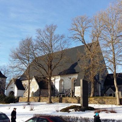 pargas kyrka i klart vinterväder